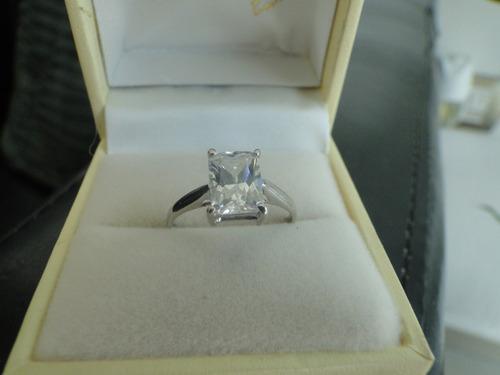 anillo con diamante cultivado radiant de 150 pts.