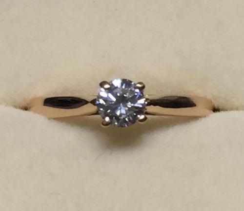 anillo con diamante natural redondo 30 pts. en oro 18k.