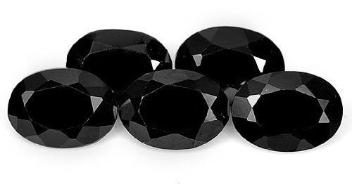 anillo con espinela natural negra de .98 cts.