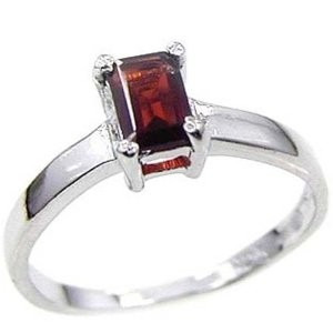anillo con granate natural corte esmeralda de 2.01 ct.