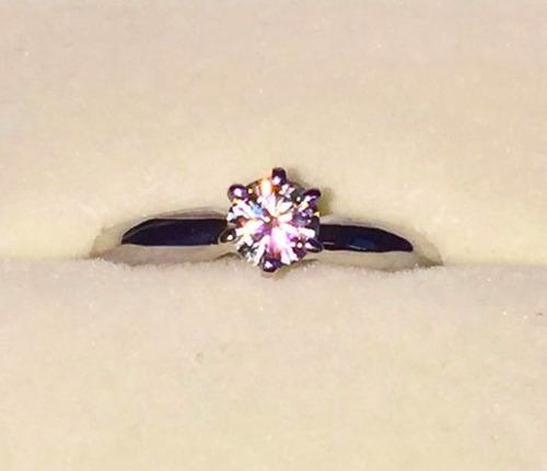 anillo con moissanita redonda de .40 cts en oro de 14k.