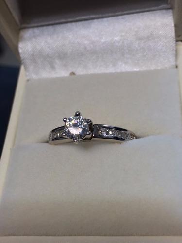 anillo con moissanita redonda de 50 pts. en oro de 14k.