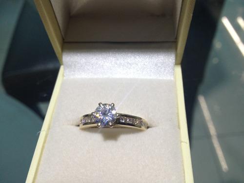 anillo con moissanita redonda de 75 pts. en oro de 14k.