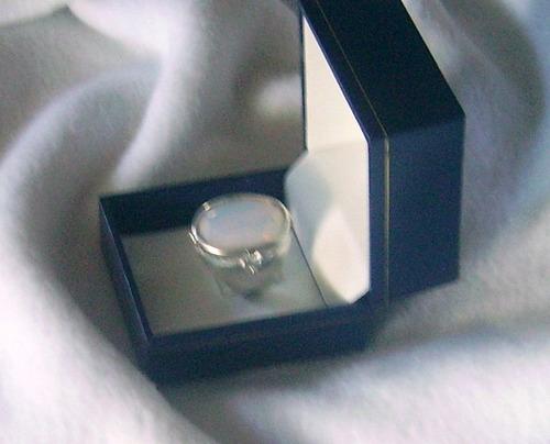 anillo con piedra de luna de 15x10mm facetada y 4 circonias