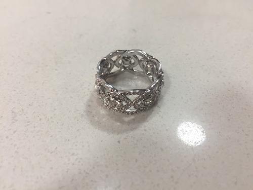 anillo con piedras