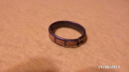 anillo con rectángulos marrones