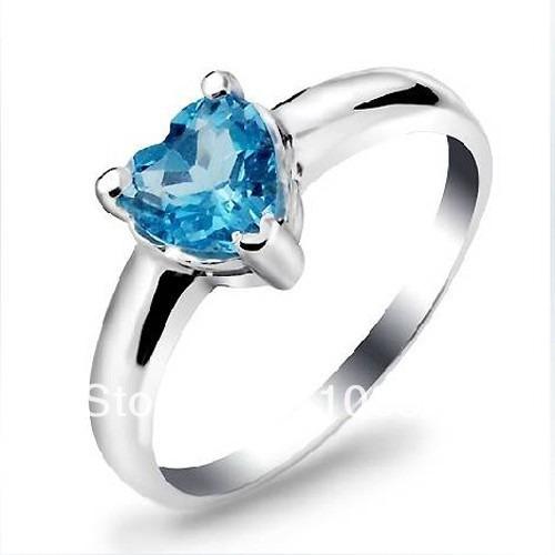 anillo con topacio natural azul corazón de .50 ct.