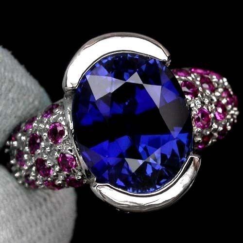 anillo con zafiro natural azul oval de 7.50 ct. y rubies