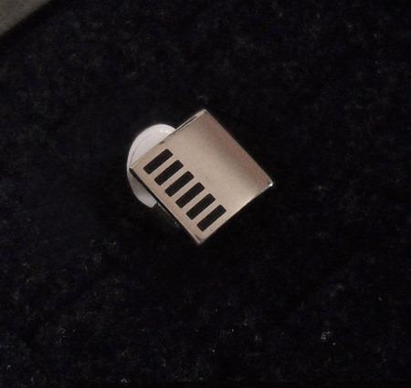 anillo de acero cuadrado en  bolsa de terciopelo