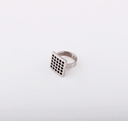 anillo de acero quirúrgico cuadrado en bolsa de regalo