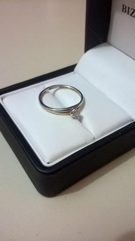 5b93226231a0 anillo de compromiso de oro amarillo y oro blanco bizarro. Cargando zoom.