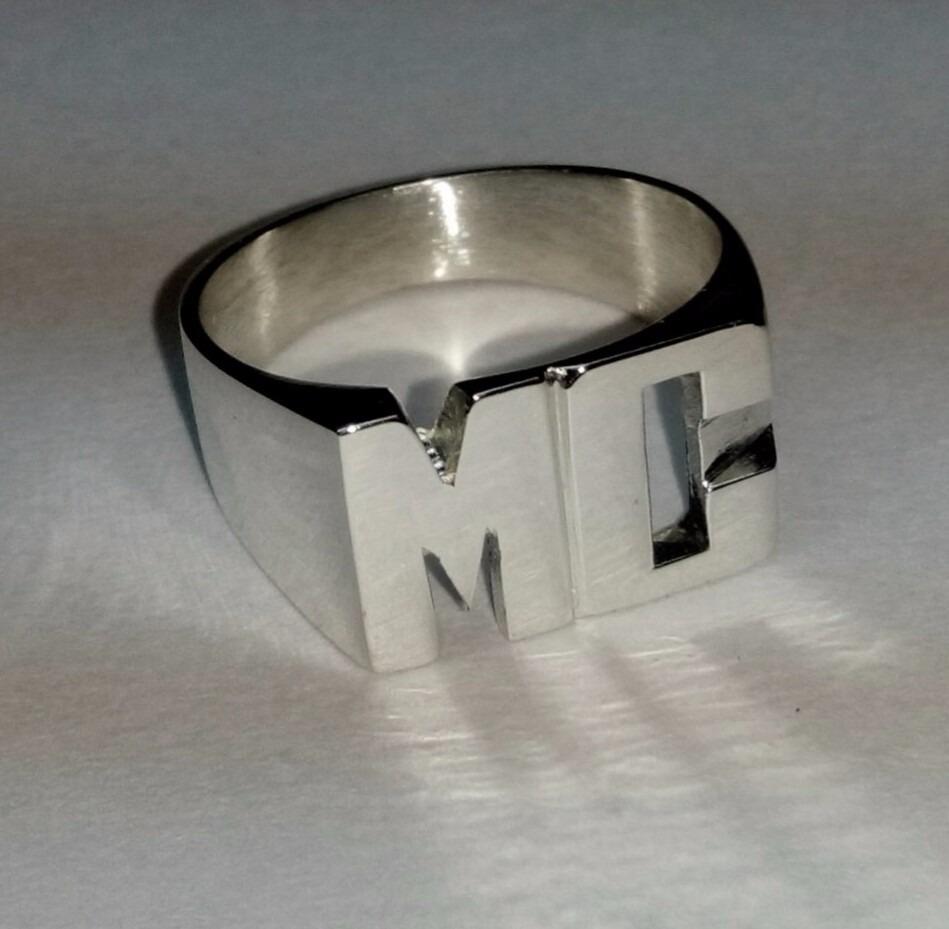 d581fa5175e2 anillo iniciales sello plata 925 macizo letras caladas. Cargando zoom.