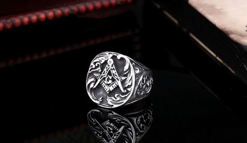 anillo masónico con  estilo barroco