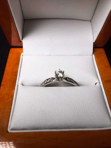 anillo oro blanco de 14 kilates con diamantes (40 puntos)