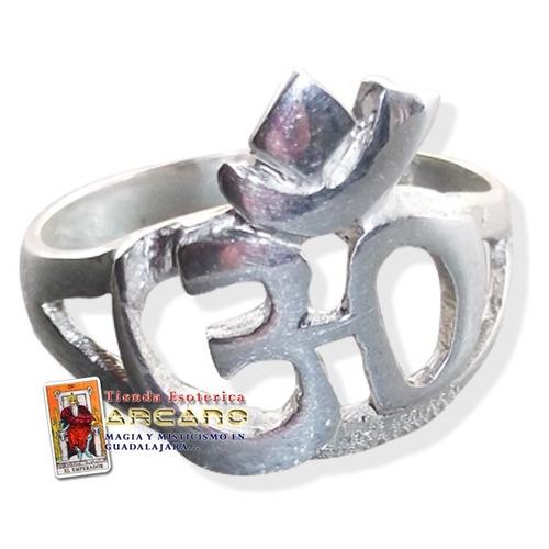 anillo simbolo om en plata
