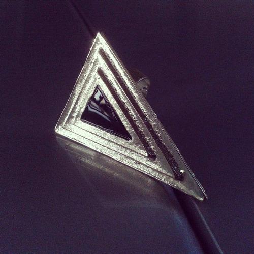anillo triangulo negro