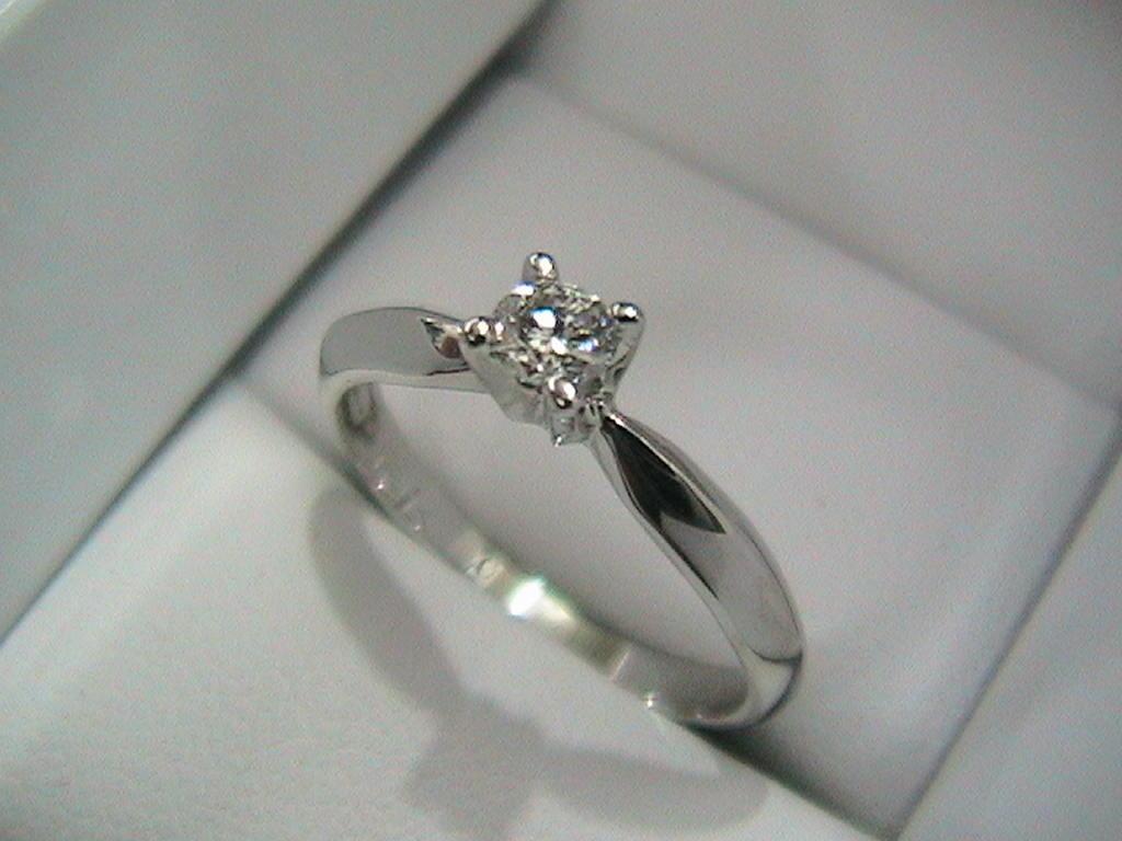 Anillos compromiso diamante natural de mina color azul for En que mano se usa el anillo de compromiso