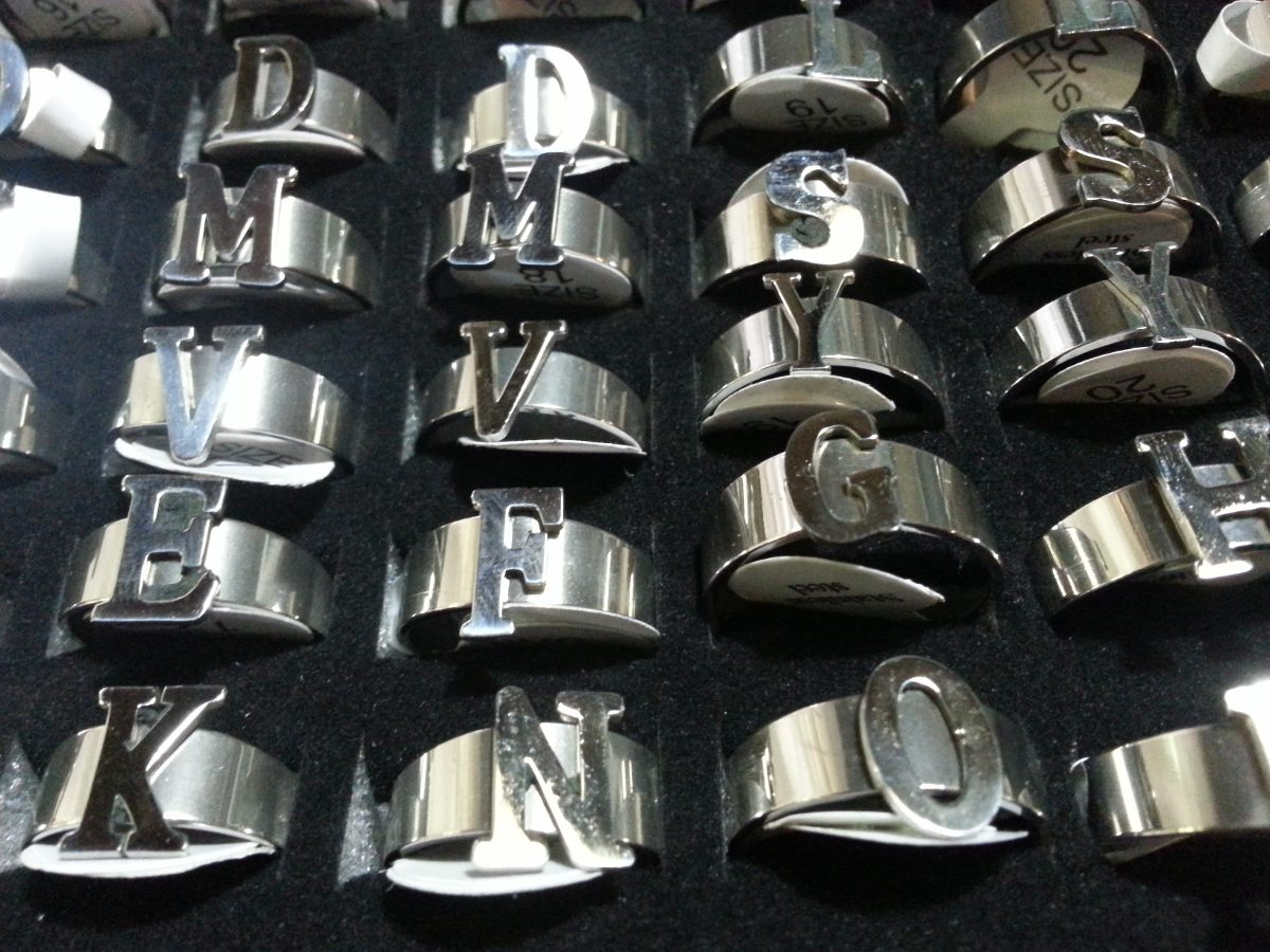 anillos iniciales de acero quirurgico x docena surtidos. Cargando zoom. 2acaf45822f