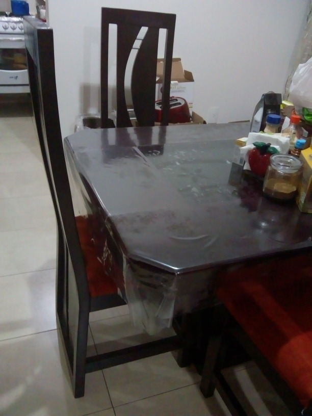 antecomedor de cuatro sillas con mesita de centro