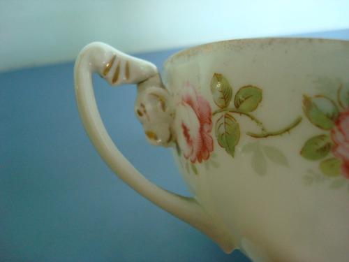 antiga e bela xícara de porcelana alemã com pé