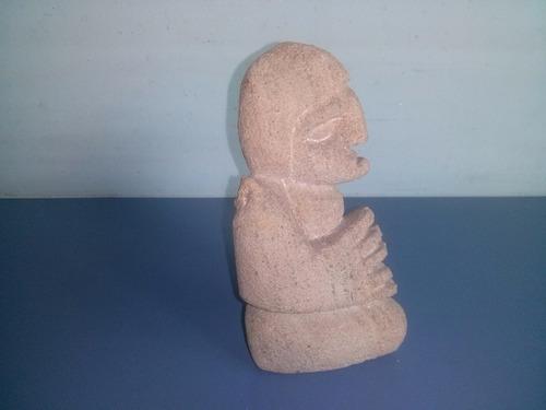antiga escultura em pedra