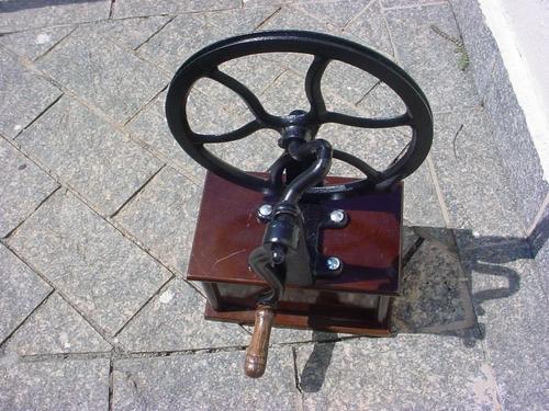 antiga - máquina de ferro á manivela com báú de madeira.
