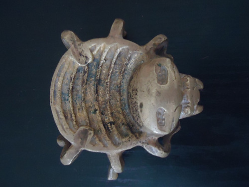 antigo besouro de bronze maciço em forma de cinzeiro