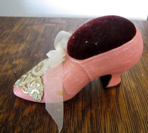 antigo mini sapato alfineteiro decorativo de porcelana #2046