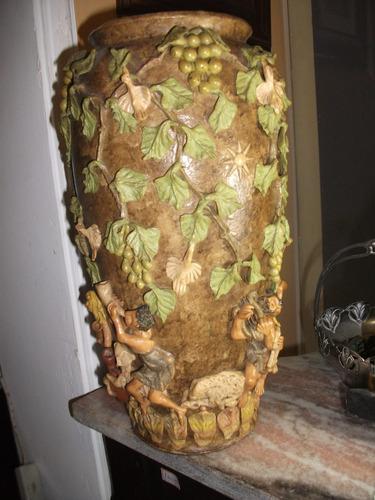 antigo vaso em terracota em alto relevo.