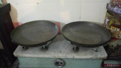 antigua balanza de almacen con marmol 2 platos funcionando