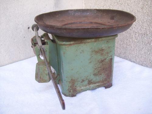 antigua balanza de cocina con plato