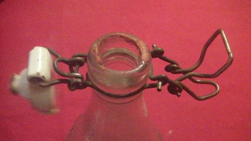 antigua botella de soda vidrio texturado con tapa porcelana