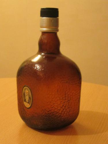 antigua botella de whisky escocés