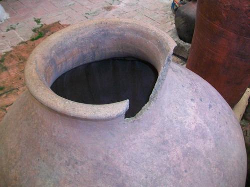 antigua botija de barro, mide 90 ctms, de alto y 280 circunf