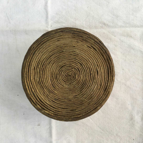 antigua caja de madera dorada  forrada en hilo de papel.