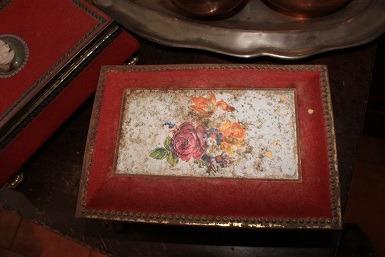 antigua caja forrada en terciopelo. calaf