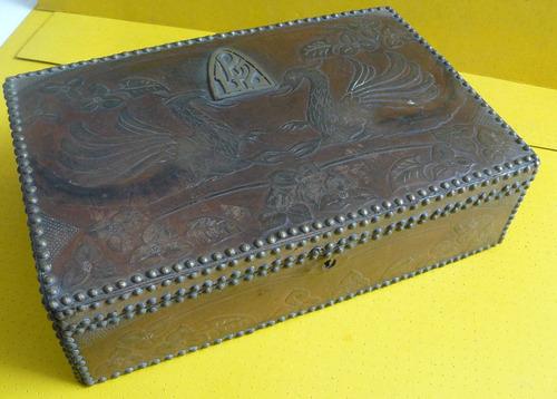 antigua caja madera forrada cuero grabado sobrerrelieve