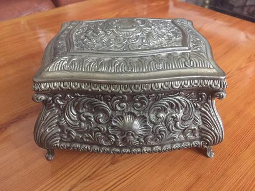 antigua caja peltre profusamente trabajada forrada