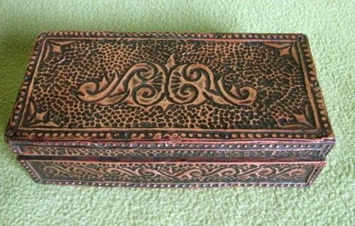 antigua cajita forrada en cobre  repujado
