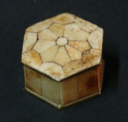 antigua cajita imitacion hueso muy linda