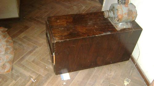 antigua cajonera en madera con tirajes bronce