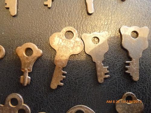 antigua coleccion de 17  llaves antiguas de maletas y cajone