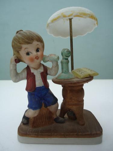 antigua estatuilla de cerámica biscuit niño retro vintage