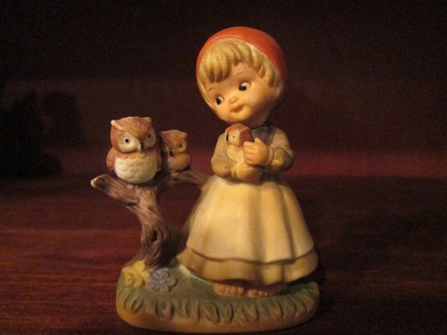 antigua figura ceramica niña y  buhos -con sello - impecable