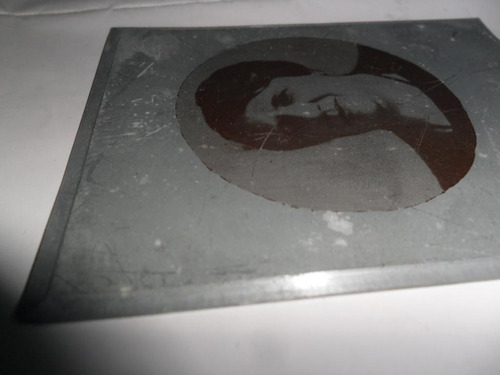 antigua foto fotografia circular mujer metal