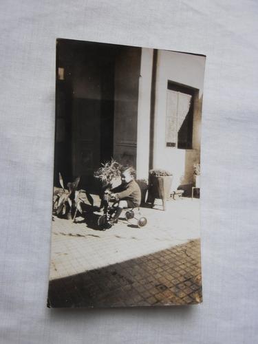 antigua foto patio niño con triciclo año 1950 fotografia