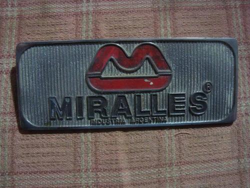 antigua insignia miralles 5,8 x 14,3 cm es de metal