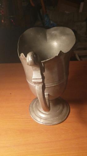 antigua jarra de agua de peltre.
