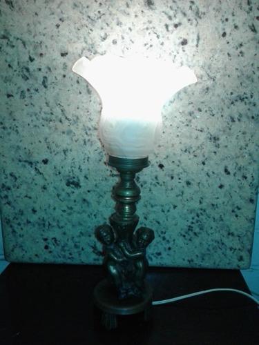 antigua lámpara con pequeña escultura