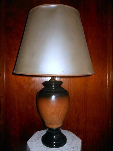 antigua lámpara de mesa de cerámica con pantalla funcionando